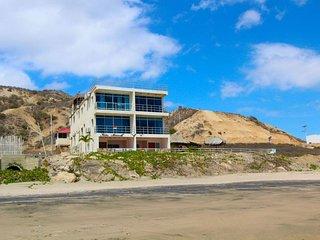 Beach condo,10 steps from ocean & 'malecon,' (close to Casa Blanca Hotel )