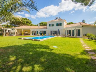 Family Villa Victoria,Big pool,Free WiFi,BBQ,1 mile to supermarket and the beach