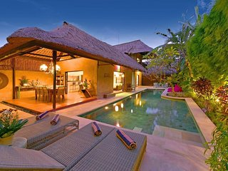 4 BEDROOM LUXURY BALI VILLA - SLEEPS 8-9 - SALT WATER POOL - CENTRAL SEMINYAK