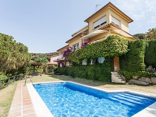 AURONS - CALM AND QUITE - Fantastic house with garden and private pool. 20 min