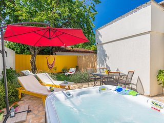 App for 2-4 people, garden with hot tub & terrace, parking, 3 km to Poreč/beach.