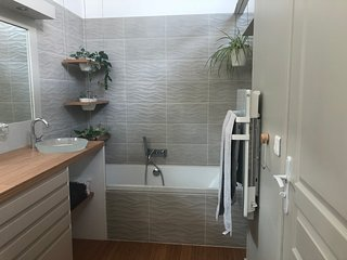 La salle de bain avec baignoire
