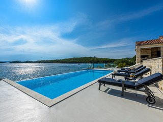 Charming Stone Villa Proversa with Overflow Pool and Amazing View on Pašman