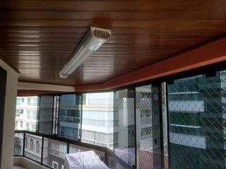 Apartamento em ótima localização no centro de Meia Praia a 100 metros da praia.