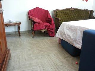 camera  divano matrimoniale comodissimo  rete speciale di acciaio anatomica