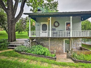 NEW! 1840s Charming Cottage 1 Mi. to Harrisonburg!