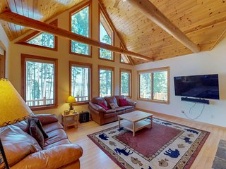 Secluded, lakefront log home w/ panoramic lake & mtn views - gourmet kitchen!