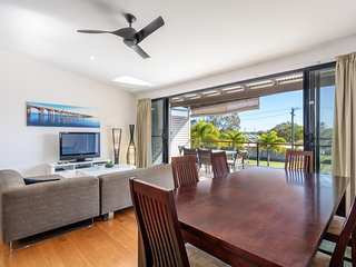 Unit 3 Rainbow Surf - Modern, double storey townhouse with large shared pool, cl
