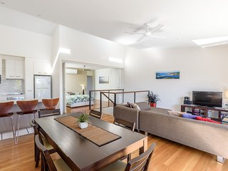 Unit 4 Rainbow Surf - Modern, double storey townhouse with large shared pool, cl