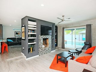 Chic 4BR w/ Dual Living Rooms, Diving Pool & Cabana Seating - Near Downtown
