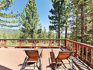 Charming 2BR w/ Spacious Deck, Fireplace & Lake Views - Near Parks & Beaches