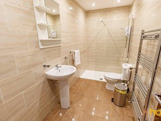 21 Shiel Road · ★Stylish Kensington Townhouse ★ LFC ★ City Centre★