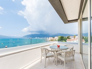 Excellent new villa on the first line by the sea! 5 bedrooms, 3 floors!