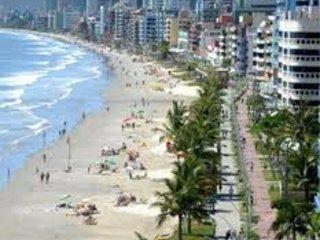 Apartamento em otima localizacao no centro de Meia Praia a 100 metros da praia.