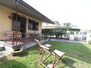 2 bedroom Villa in Forte dei Marmi, Tuscany, Italy : ref 5634442