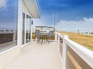 8 berth, Platinum deluxe mobile home with decking and FULL sea view. REF 80055SF