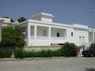 Villa sul mare con grande giardino e partcheggio privati