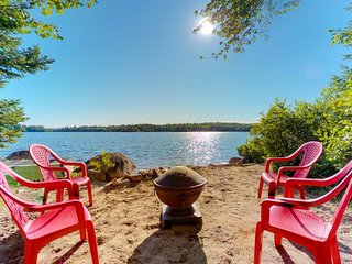 Quiet lakefront cottage w/ firepit, private beach & dog-friendly attitude