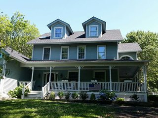 Beautiful Classic North Fork Home, large porch, pool, Jacuzzi, walk to beach
