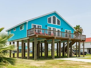 NEW LISTING! Charming beach house w/ deck - pool, playground, boat launch nearby