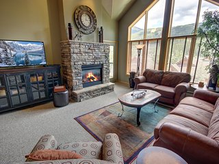 Sleeps 10, free shuttle, Fireplace, Private Laundry with indoor pool & Hot tub G
