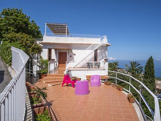 Villa La Selva with Sea View, Private Terrace and Parking