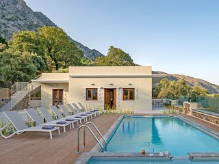Brand new luxurious,8 guests,kids pool,beautiful surroundings,privacy,isolation