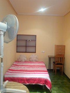 Habitación privada, amplia y simple.