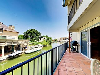 Waterfront 3BR w/ Lake LBJ Views - Includes Private Dock & Grill