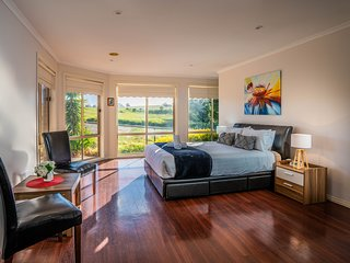 ATTWOOD LODGE - MELBOURNE AIRPORT 5 BDRM,Wifi & Foxtel, Great Location, Spacious