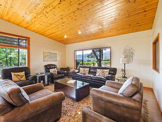Spacious home surrounded by vineyards with private hot tub!