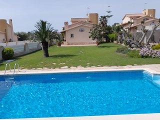 Chalet con jardin de cesped natural 1000m2 y piscina privada