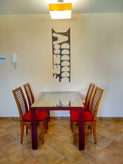 Mesa comedor,  extensible,  realizada a medida con sillas de teca