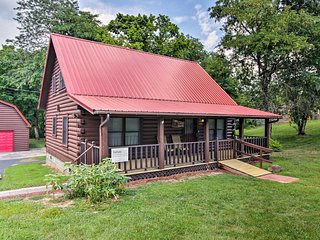 Cozy Cabin w/ Screened Deck Near DT Sevierville!