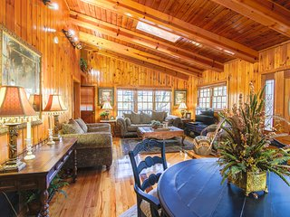 Gorgeous Cabin, FREE Wi-Fi, No Car Needed, 90 SECOND WALK TO DOWNTOWN!!!
