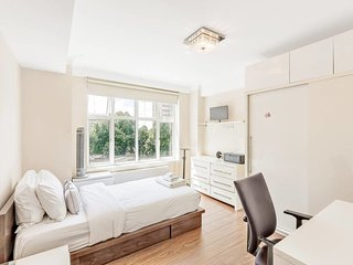 Great 3 Bed, 2 Bath apt next to Hyde Park