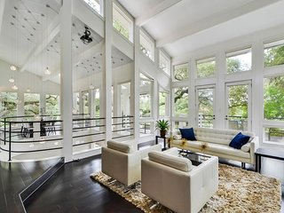 Gorgeous Estate Overlooking Lake Austin <5 miles to Downtown, SXSW, ACL