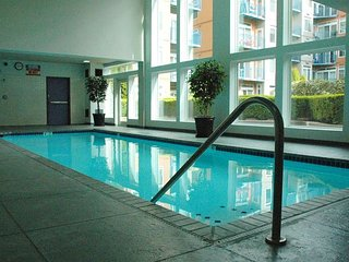 Downtown Family Friendly 2 BR, Sleeps 6, Pool/Parking