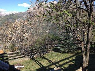 Rez de jardin en haut du col face a la montagne