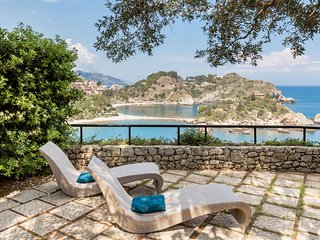 Baia Isolabella, cozy apartment with private garden and access to the sea.