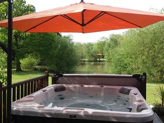 Bunting Lodge, hot tub overlooking fishing lake with private fishing peg