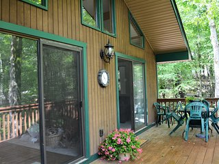 NEW! Updated/Spacious Chalet in Split Rock, walk to lake, minutes to slopes!