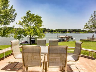 NEW LISTING! Charming lakefront home w/private dock - near to Kingsland