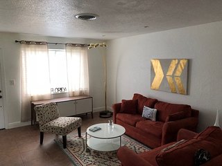 Cozy Florida House 2 miles from Beach, Airport and Fun!