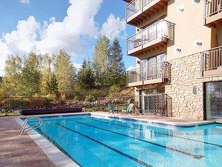 3 Bedroom, 2 bath, quiet mountain local + 1/2 Olympic pool, hot tub & sauna!
