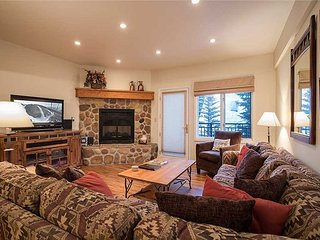 3 Bedroom, 2 bath, quiet mountain local + 1/2 Olympic pool, hot tub & sauna!