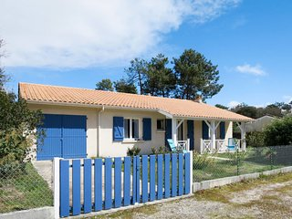 Soulac-sur-Mer Holiday Home Sleeps 7 with Free WiFi - 5650081