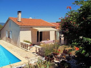Saint-Paul-en-Foret Holiday Home Sleeps 6 with Pool and Free WiFi - 5650354