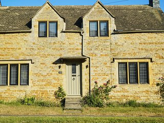 New ! A handsome traditional Cotswold Stone Cottage stylishly refurbished.