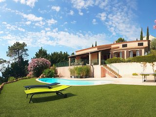 Espero-Pax Holiday Home Sleeps 8 with Pool and Free WiFi - 5650364